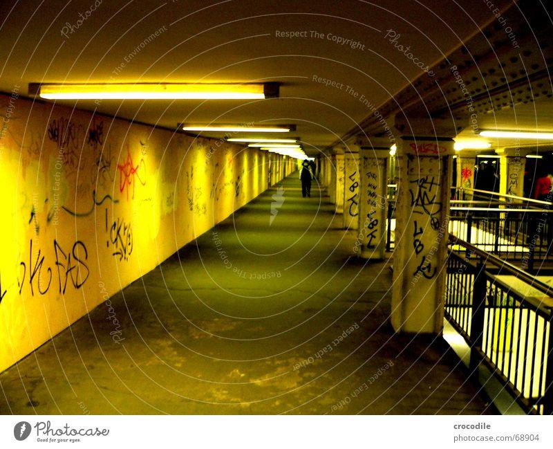 weg zum fluchtpunkt gelb U-Bahn Lampe beklemmend graffitit Berlin Säule Wege & Pfade Mensch Gang