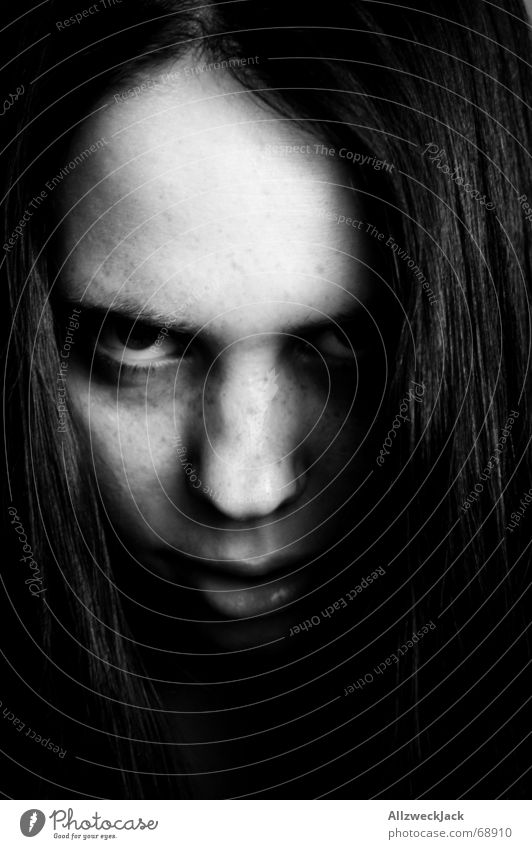 Edith Frau Kind Mädchen weiß dunkel Angst authentisch Wut gruselig böse Schock schwarzhaarig erschrecken Zombie Vor dunklem Hintergrund