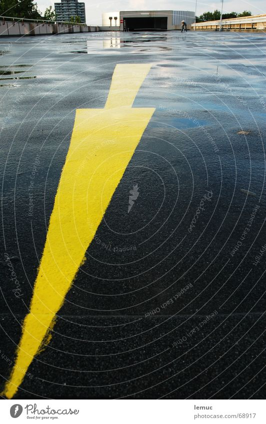 wohin - dahin gelb nass Pfeil Richtung Garage Pfütze Parkhaus Teer