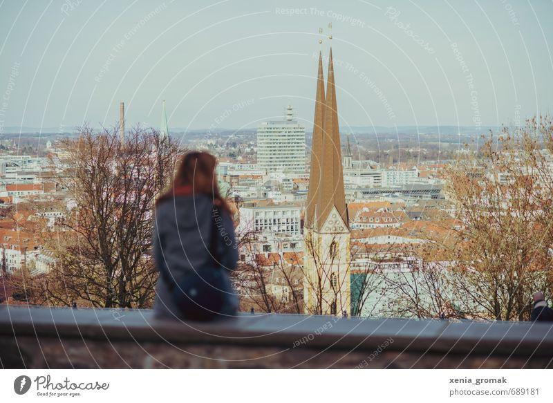 schöne Aussicht Mensch Frau Ferien & Urlaub & Reisen Stadt Landschaft Haus Ferne Erwachsene feminin Architektur Gebäude Freiheit Freizeit & Hobby Tourismus