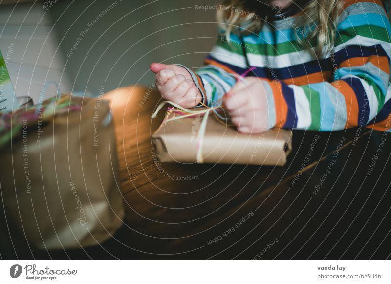Geschenk Mensch Kind Weihnachten & Advent Hand Mädchen Kindheit Arme Geburtstag Finger Neugier Kleinkind Überraschung Schleife Knoten aufmachen