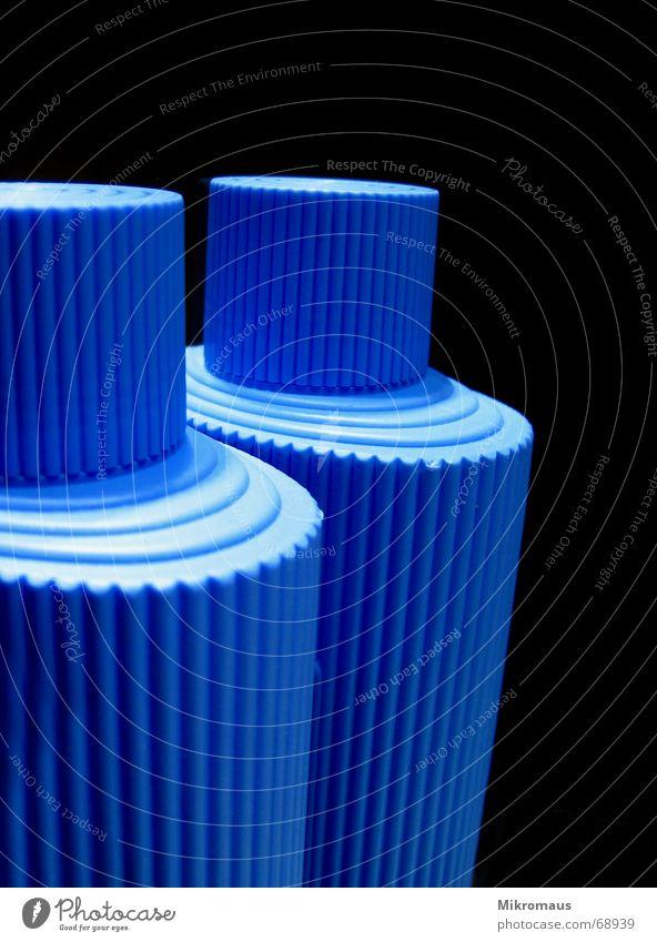 Aus eins mach zwei Flasche blau schwarz Verschluss Spiegel Reflexion & Spiegelung Strukturen & Formen Muster Kunststoff Kunststoffverpackung hell dunkel