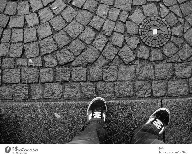 """standing waiting wishing Schuhe Bürgersteig Gully Kaugummi Bordsteinkante Hose Langeweile nass Kopfsteinpflaster """"""""w"""""""" Beine Fuß warten Regen Pflastersteine"""