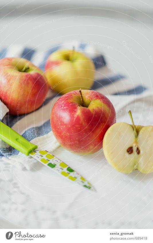 Apfel grün rot gelb Gesundheit Essen Lebensmittel Foodfotografie Frucht genießen Ernährung Bioprodukte Messer Fasten Diät Besteck
