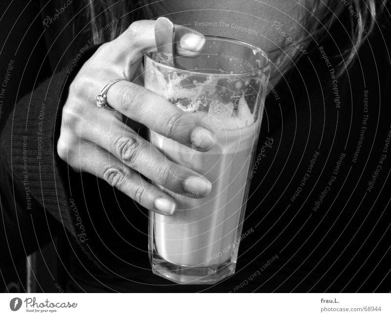 Kaffepause Latte Macchiato Frau Hand groß Pullover Löffel Pause Finger dünn Schaum Arbeit & Erwerbstätigkeit trompetenärmel galão Glas Kaffee Kreis