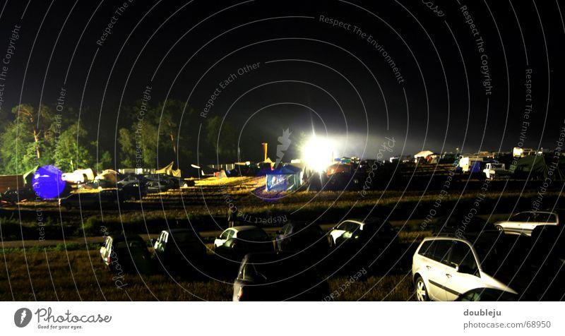 licht aus - spot an Himmel Baum dunkel PKW Konzert Parkplatz Scheinwerfer Zelt Musikfestival Campingplatz