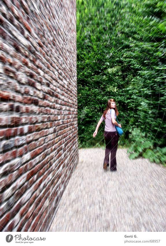 stalkin*g Frau Mauer Wege & Pfade Angst laufen Sträucher drehen Flucht Junge Frau verfolgen