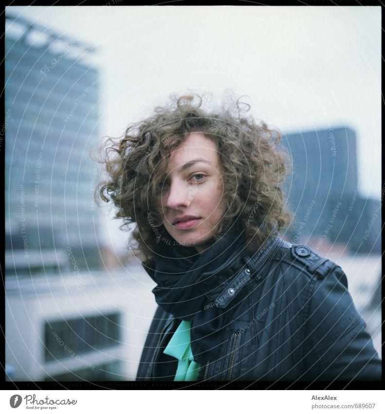 Die Dame in Schwarz! Ausflug Junge Frau Jugendliche Kopf Haare & Frisuren 18-30 Jahre Erwachsene Jugendkultur Subkultur Rockabilly Musik Hochhaus Dach Jacke