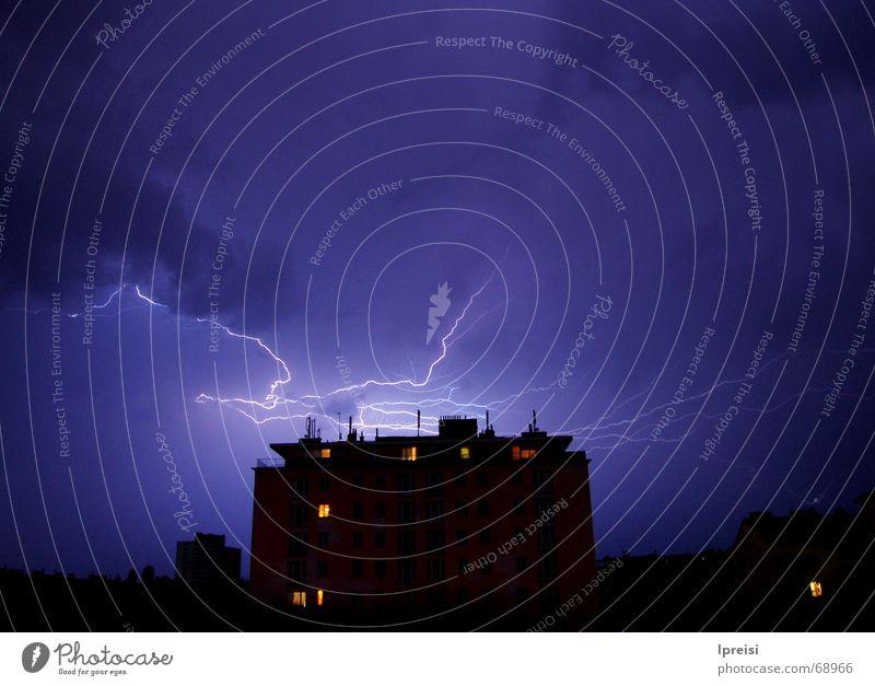 Gewitter über Wien bedrohlich Wolken Haus Blitze grell Nacht Langzeitbelichtung Himmel blau geschlossen hoch