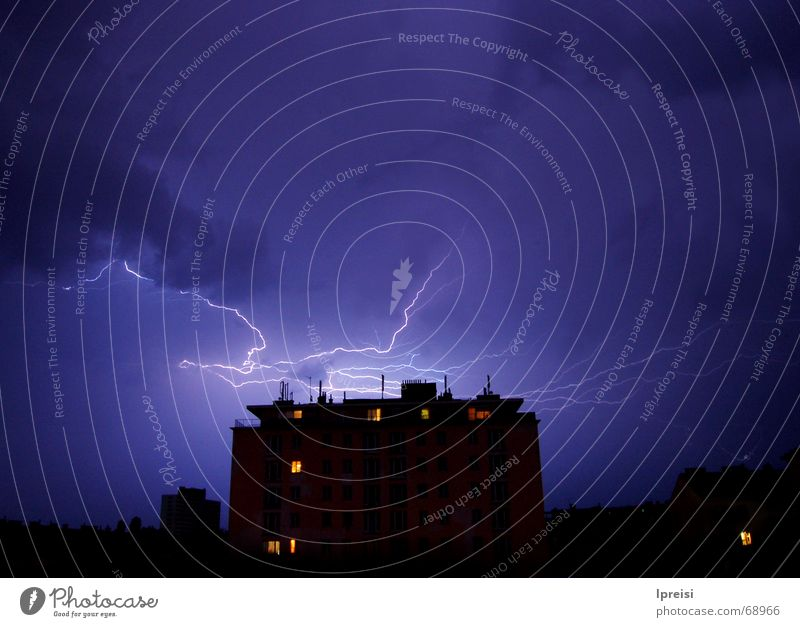 Gewitter über Wien Himmel blau Haus Wolken hoch geschlossen bedrohlich Blitze Gewitter Wien grell