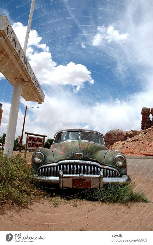 Buick alt Wolken Einsamkeit Sand PKW kaputt USA Wüste verfallen historisch Rost Verfall Amerika Stillleben altehrwürdig verwittert