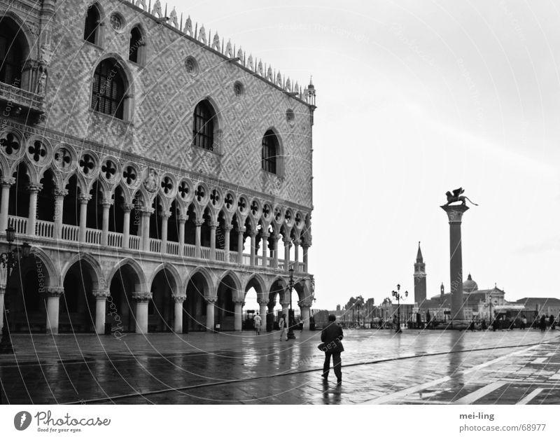 quiet, please San Marco Basilica Venedig Dogenpalast ruhig Gotik Morgen Ferien & Urlaub & Reisen venezia löwe von san marco Schwarzweißfoto dogen Architektur