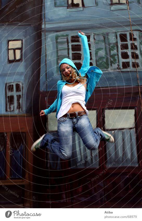 I wanna fly Frau blau Haus springen Fenster Glück lachen Gebäude blond fliegen fallen schreien hüpfen Gesichtsausdruck Gefühle
