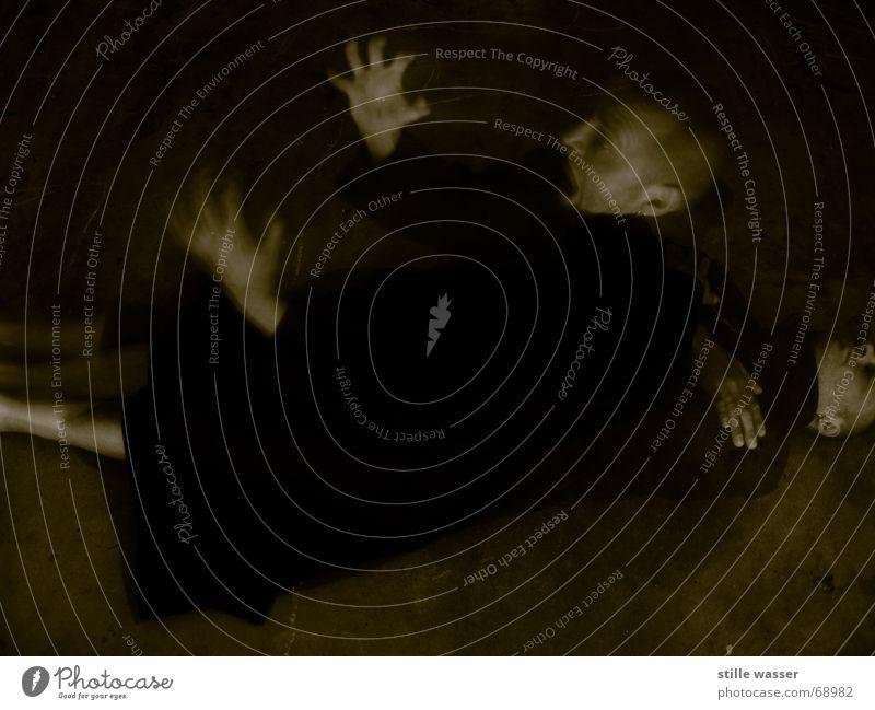 AUFERSTEHUNG 2 Mantel Beton dunkel kalt Hand Panik Langzeitbelichtung obskur Angst wiedergeburt ein zweites mal Tod Leben Schock Schwarzweißfoto