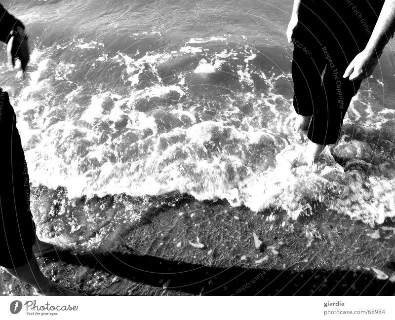 Fußbad Strand Kühlung kalt Erfrischung Meer See Wellen Brandung Muschel Kies Algen Ferien & Urlaub & Reisen nass Freiraum Außenaufnahme Wasser Erholung Sand