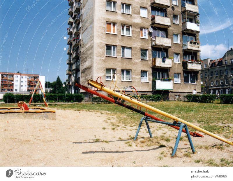 PARADISE CITY | ghetto spielplatz wippe wohnen leben Himmel Haus Farbe Leben Wiese Angst Hochhaus Rasen Häusliches Leben Schaukel Sorge Spielplatz Gegenteil Plattenbau notleidend