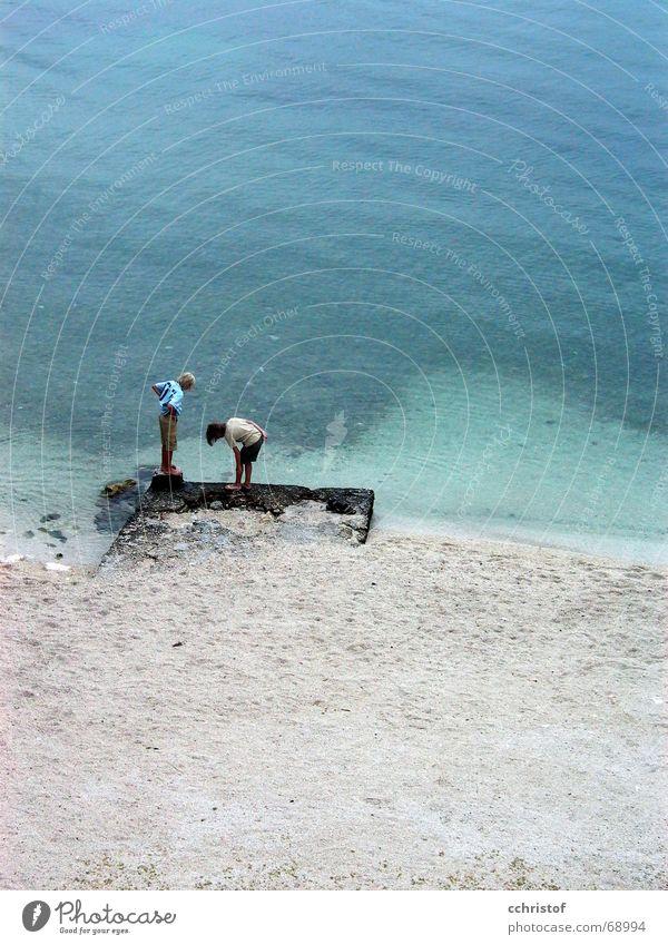 ich seh nix Wasser Meer Strand Junge Suche Kroatien Kieselsteine Geschwister