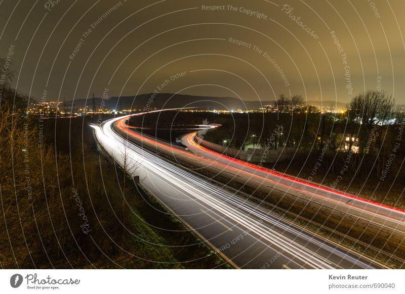 Autobahn bei Nacht Stadt weiß rot Haus schwarz dunkel gelb Leben Bewegung außergewöhnlich PKW leuchten beobachten Brücke fahren