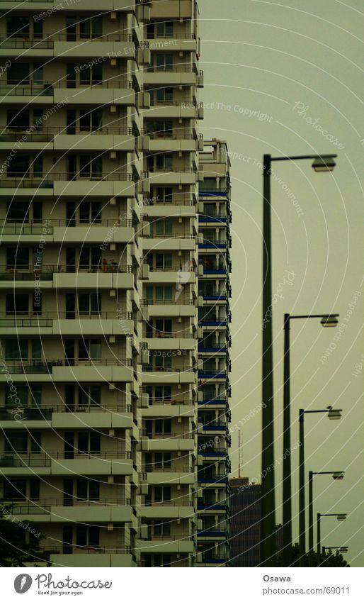 schöner wohnen 02 Haus Berlin Fenster Hochhaus hoch Fassade modern trist Balkon DDR Plattenbau Berlin-Mitte Leipziger Straße