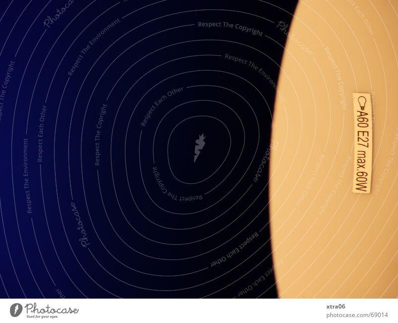 60 Watt Licht Etikett Tischlampe blauschwarz grausam Zettel simpel Lampe dunkel Geometrie einfach kalt Physik Blauverlauf Innenaufnahme Nacht Stromverbrauch