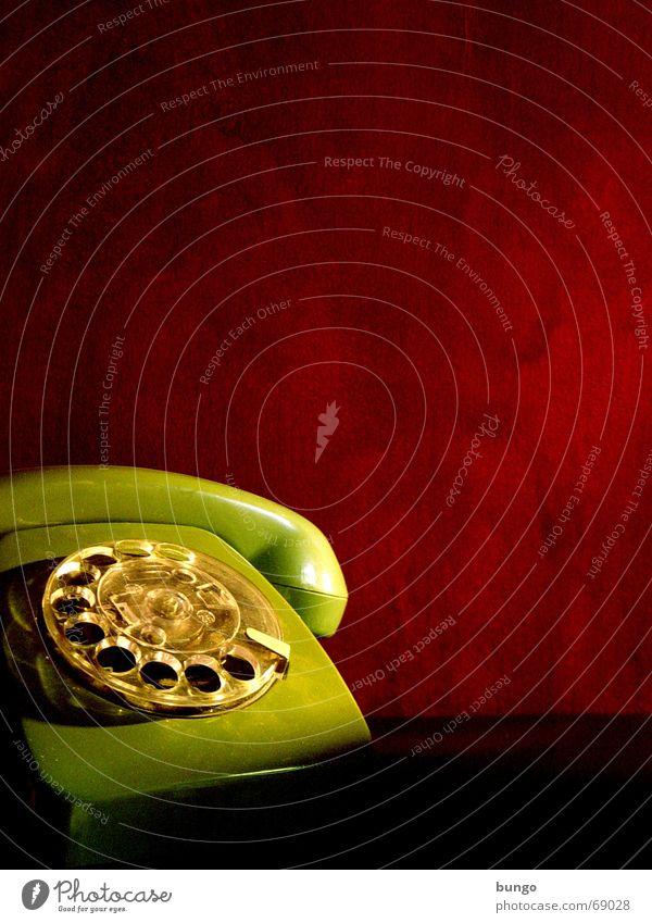 sine labore Telefon Nostalgie Wählscheibe Ohrmuschel hören liegen analog grün rot Tapete ruhig Stil Gegenteil Vergangenheit erinnern Erinnerung Trauer