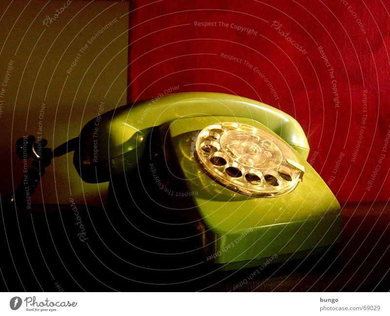 factum quiete Telefon Nostalgie Wählscheibe Ohrmuschel hören liegen analog grün rot Tapete ruhig Stil Gegenteil Vergangenheit erinnern Erinnerung Trauer