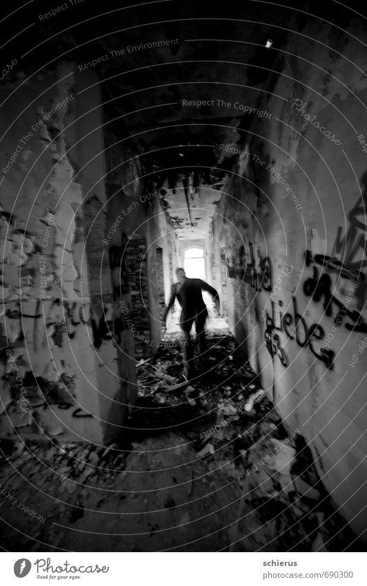 Flucht Einsamkeit Haus dunkel Fenster Wand Graffiti Mauer grau Angst Treppe trist laufen Todesangst Platzangst rennen Sehnsucht