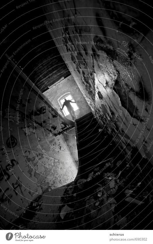 Aussicht Innenarchitektur Flur Treppenhaus maskulin Junger Mann Jugendliche Leben 1 Mensch 18-30 Jahre Erwachsene Haus Ruine Gebäude Mauer Wand Fenster Stein