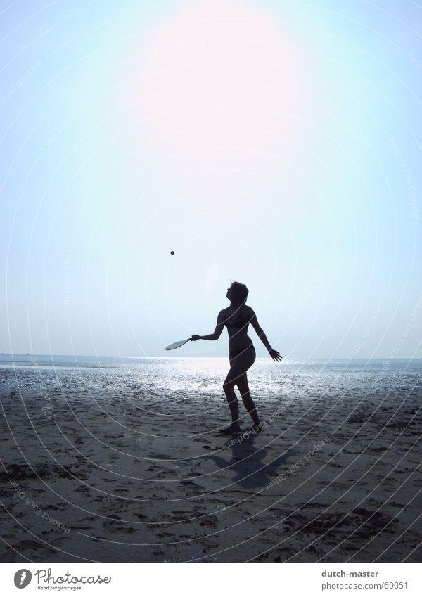 Strandvergnügen #1 Niederlande Sommer Schlick Frau Licht dunkel Meer Ferien & Urlaub & Reisen Beachball Spielen Tennis blenden Bewegung Aktion Lichtspiel Bikini