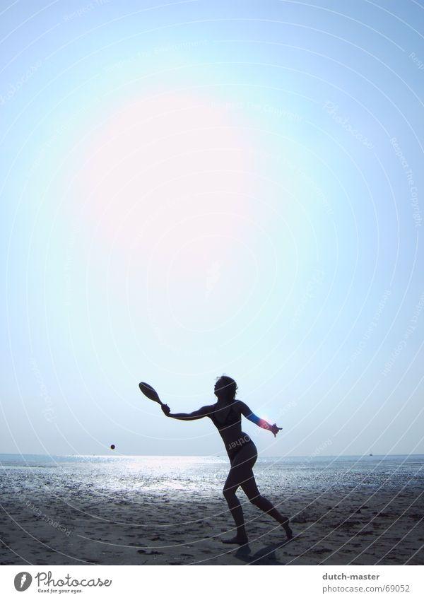 Strandvergnügen #2 Niederlande Sommer Schlick Frau Licht dunkel Meer Ferien & Urlaub & Reisen Beachball Spielen Tennis blenden Bewegung Aktion Lichtspiel Bikini
