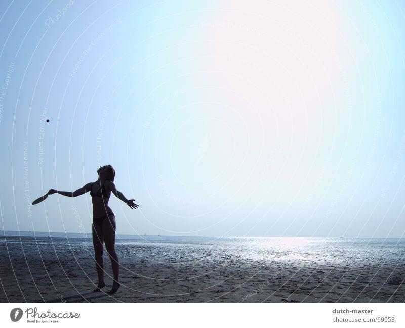 Strandvergnügen #3 Niederlande Sommer Schlick Frau Licht dunkel Meer Ferien & Urlaub & Reisen Beachball Spielen Tennis blenden Bewegung Aktion Lichtspiel Bikini