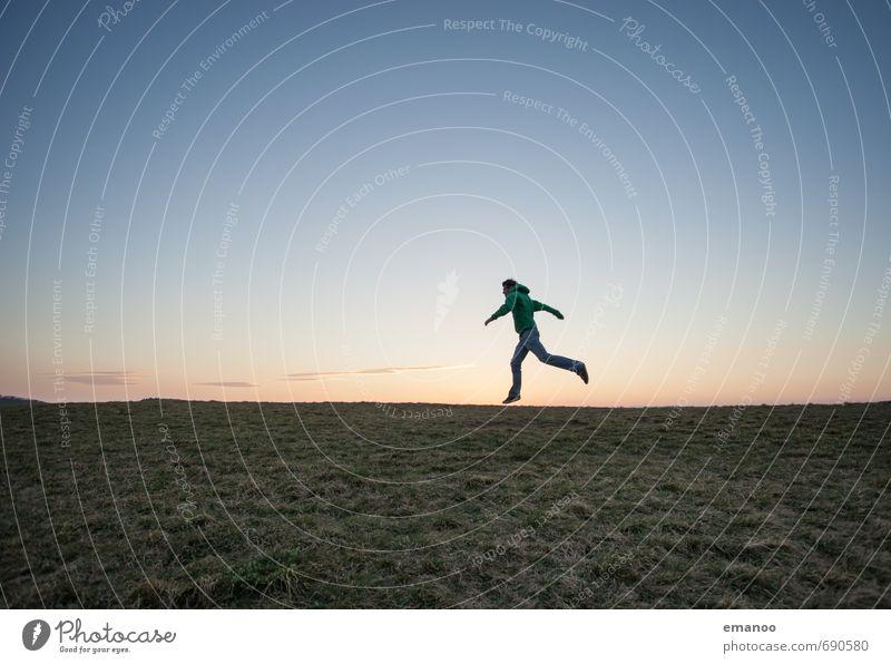 horizon runner Mensch Himmel Natur Ferien & Urlaub & Reisen Mann blau grün Landschaft Freude Ferne Erwachsene Sport Gras Freiheit springen Horizont