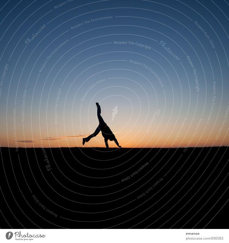 Ein Rad zum Sonnenuntergang Mensch Himmel Natur Jugendliche Ferien & Urlaub & Reisen Mann blau Sommer Landschaft Freude Ferne schwarz Erwachsene Leben Gefühle Bewegung
