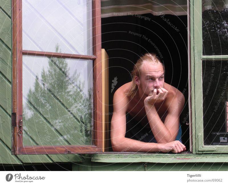 ruhe in schweden ruhig Geborgenheit Freundlichkeit Mann blond langhaarig Denken Gedanke Nostalgie Fenster Fensterrahmen Reflexion & Spiegelung Baum Porträt grün