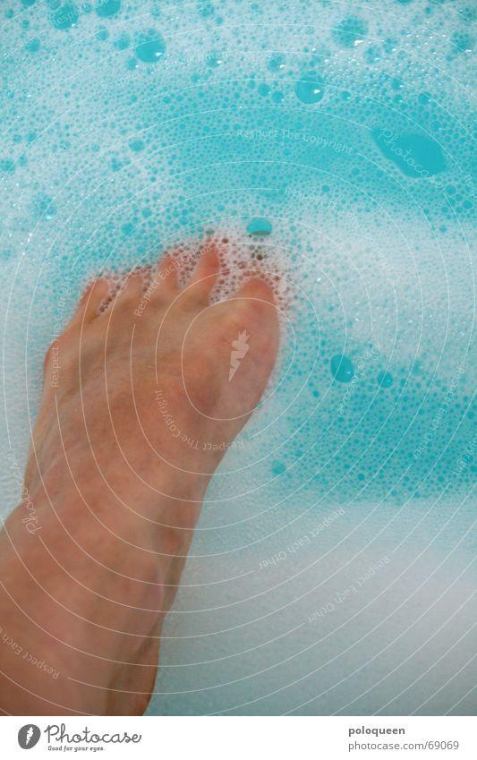 head over feet Wasser blau Erholung Fuß Beine Schwimmen & Baden Badewanne Zehen Schaum Schaumbad