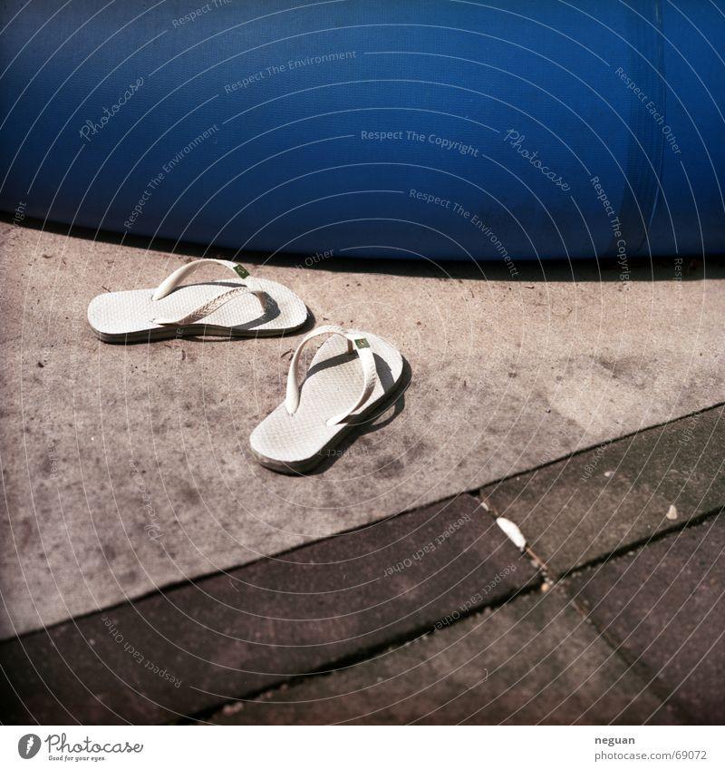 barfuß blau Sommer Wärme Schuhe Schwimmbad Bodenbelag Physik Barfuß
