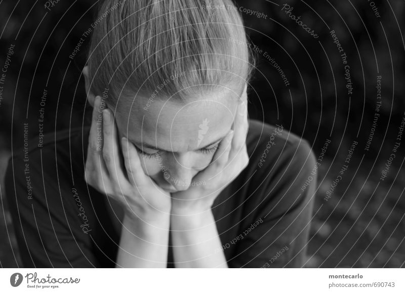......und jetzt? Mensch Frau weiß schwarz Erwachsene Leben Gefühle feminin Denken Stimmung blond authentisch dünn langhaarig hocken Unlust