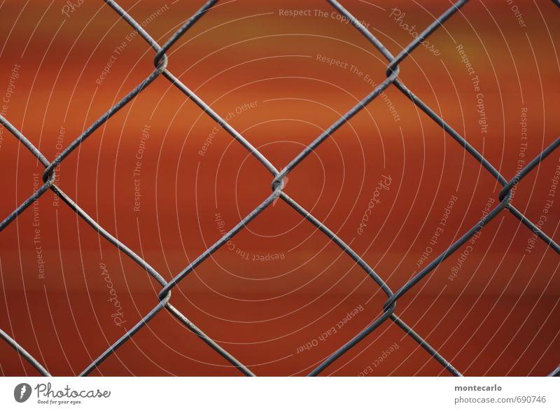 Davor | Dahinter Tennisplatz Zaun Metall dünn authentisch einfach nah Originalität rot Farbfoto Außenaufnahme Nahaufnahme Detailaufnahme Makroaufnahme