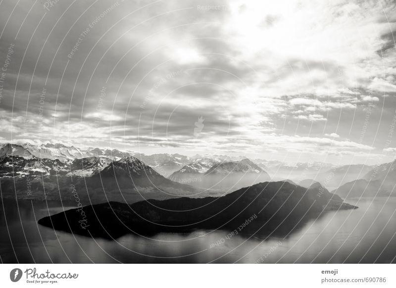 deep Umwelt Natur Landschaft Himmel Klima Alpen Berge u. Gebirge Gipfel Schneebedeckte Gipfel See außergewöhnlich bedrohlich dunkel Schweiz Vierwaldstätter See
