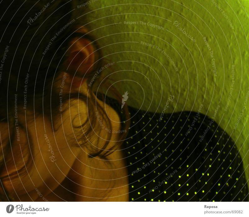 Der Moment Haarsträhne Frau feminin Wange Top Wand grün Tapete ich Ohr Haare & Frisuren Locken Mensch Kopf halber kopf Hals oberteil mit punkten gesenkter blick