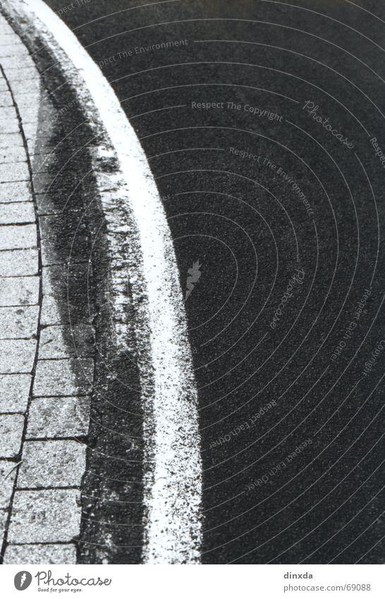 verdammt heisse kurve Fahrbahnmarkierung Seitenstreifen Wegrand Asphalt schwarz weiß Biegung Straße Schilder & Markierungen Kurve Linie