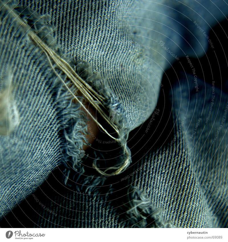 alte Liebe im Detail ... Hose Knie verschlissen verwaschen Treue Jeanshose Riss fadenscheinig blau