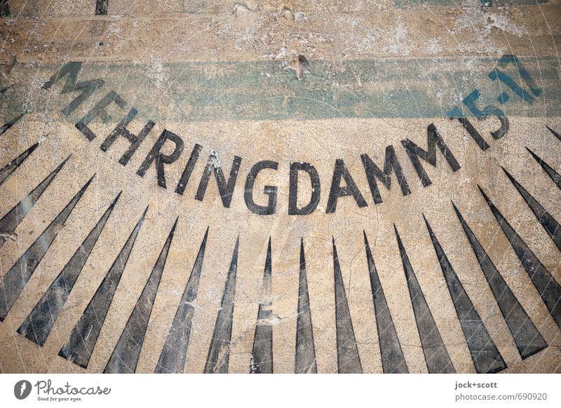 Mehringdamm auf alter Mauer Typographie Werbung Kreuzberg Ziffern & Zahlen Streifen Dreieck Großbuchstabe authentisch historisch Originalität braun Design