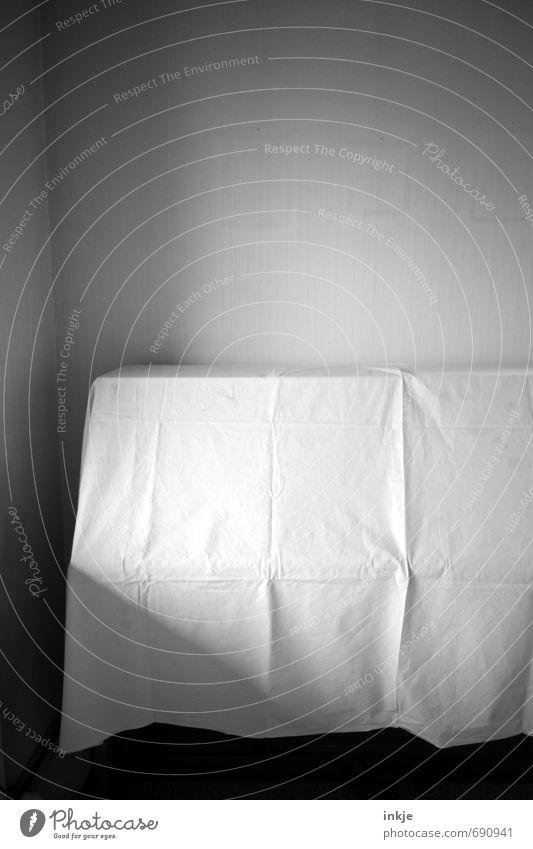 Abschied Häusliches Leben Wohnung Renovieren Umzug (Wohnungswechsel) Wohnzimmer Menschenleer Tapete Tuch Tischwäsche Leinentuch Abdeckung Spuren Bilderrahmen