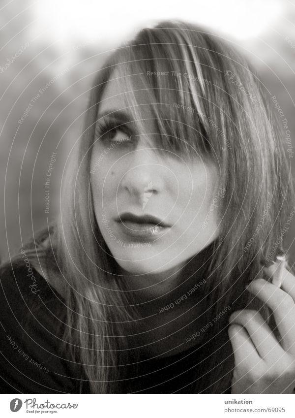 Rauchen wie ein Profi Porträt Frau Model Denken verträumt träumen Zigarette Ferne Geistesabwesend verführerisch Schwarzweißfoto unnahbar