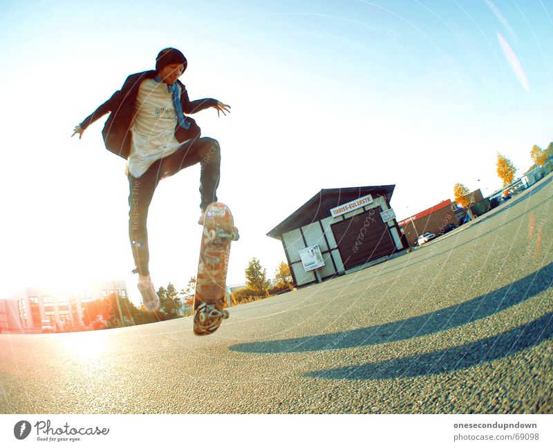 flippich Mann Himmel blau Sommer Freude springen Glück lachen groß fantastisch Lebensfreude Skateboarding Parkplatz alternativ Rock `n` Roll Industrielandschaft