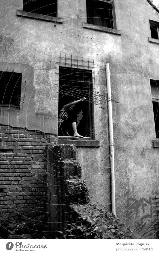 das Fenster zur Freiheit Frau Haus grau Treppe Klettern Backstein Ruine Gitter