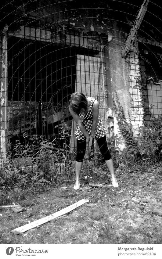 Vor den Trümmern Frau Beine Kleid Ruine Gitter bücken