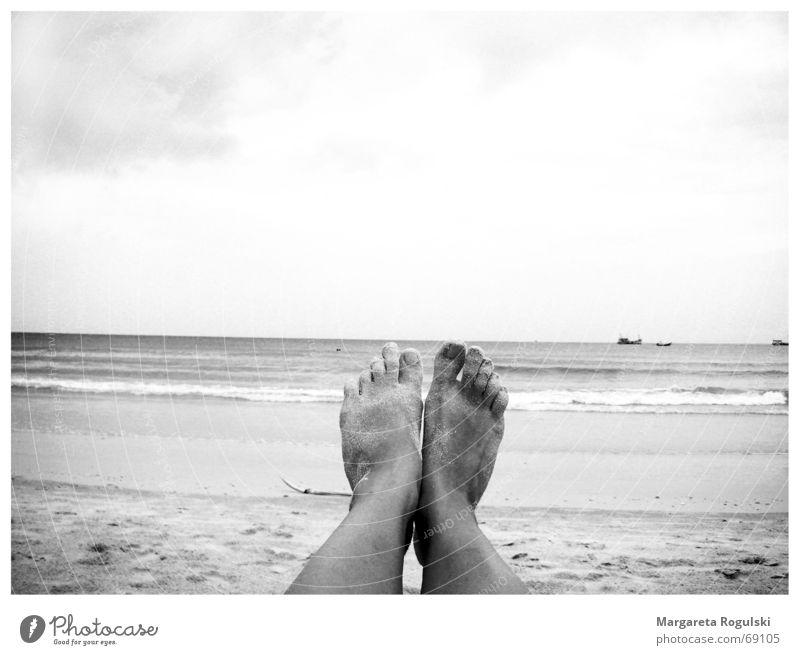 Die Zehen am Meer Strand Wasserfahrzeug Beine Fuß Himmel Sand Erholung Sonne Barfuß