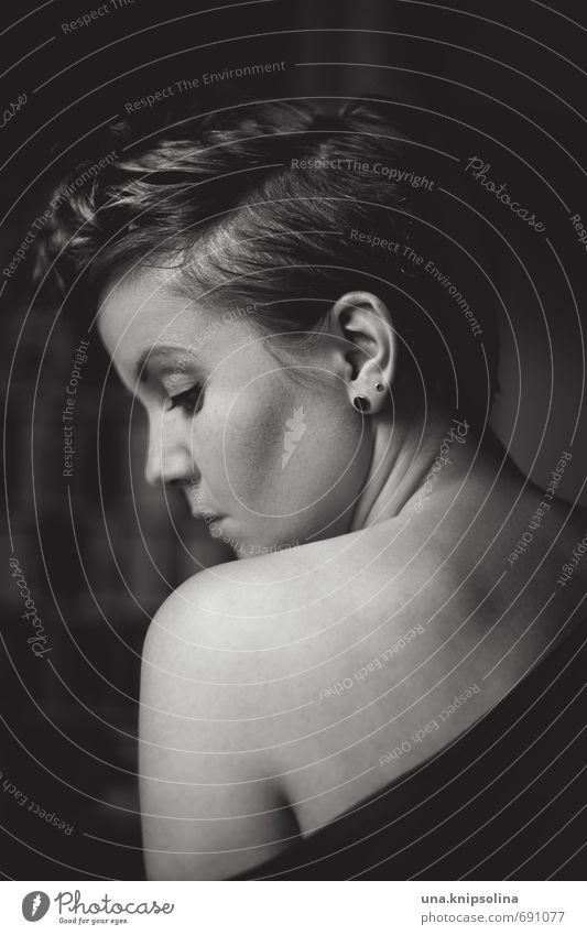. Frau Erwachsene 1 Mensch 18-30 Jahre Jugendliche Haare & Frisuren kurzhaarig Denken träumen Traurigkeit Gefühle Vertrauen schön Sehnsucht Schulter Rücken